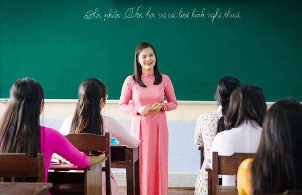 thay co1 - Hãy viết một đoạn văn ngắn (3, 4 câu) kể về việc em và các bạn trong lớp em giúp đỡ bạn nghèo